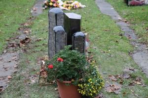Grabmal aus Tombak und Stein (7)