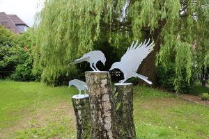 Vogelskulpturen auf Baumstamm (12)