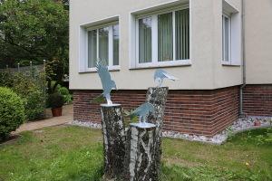 Vogelskulpturen auf Baumstamm (6)