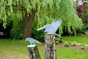 Vogelskulpturen auf Baumstamm (7)