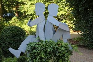 Skulpturen auf Baumstamm (1)