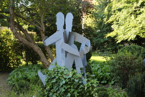 Skulpturen auf Baumstamm (2)