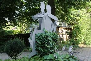 Skulpturen auf Baumstamm (3)