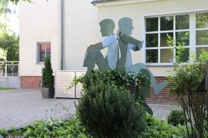 Skulpturen auf Baumstamm (7)